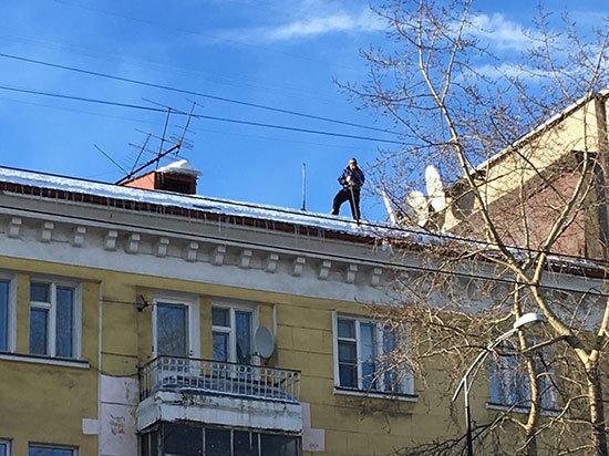 В Мурманске от обилия снега затапливает квартиры на верхних этажах
