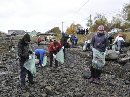 Берег Кольского залива очистили мурманские и норвежские школьники